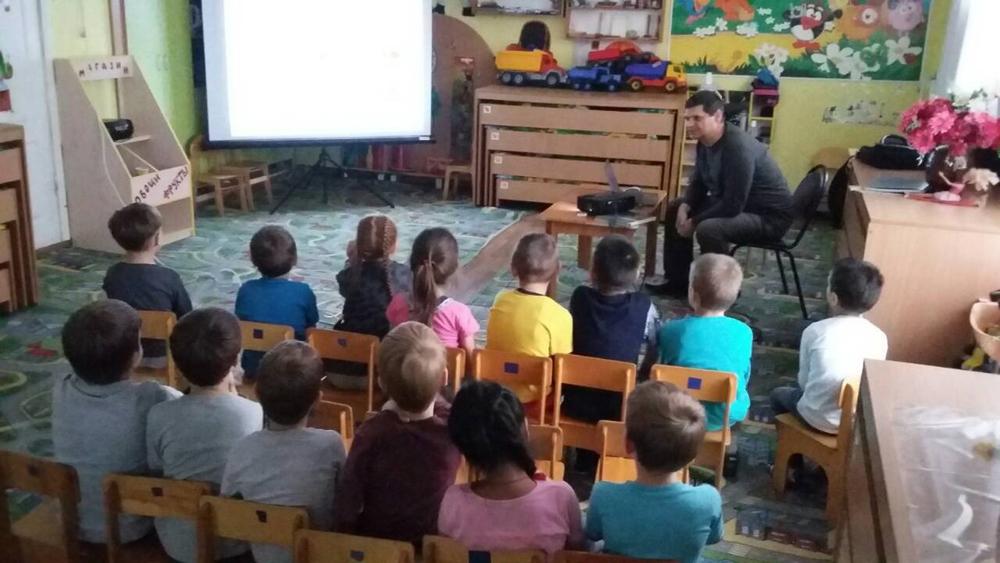 Дети-слушают-рассказ-о-Журавлях