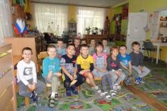 Дети-слушают-про-памятник-Журавли