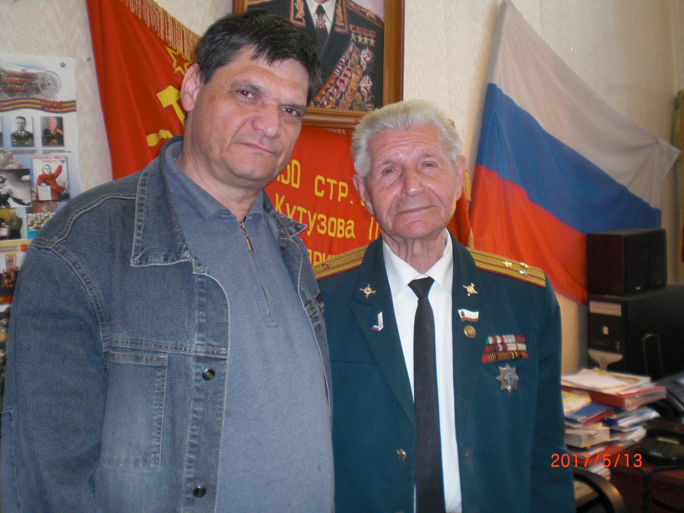 Сын архитектора Менякина с председателем Совета Ветеранов полковником Фроловым
