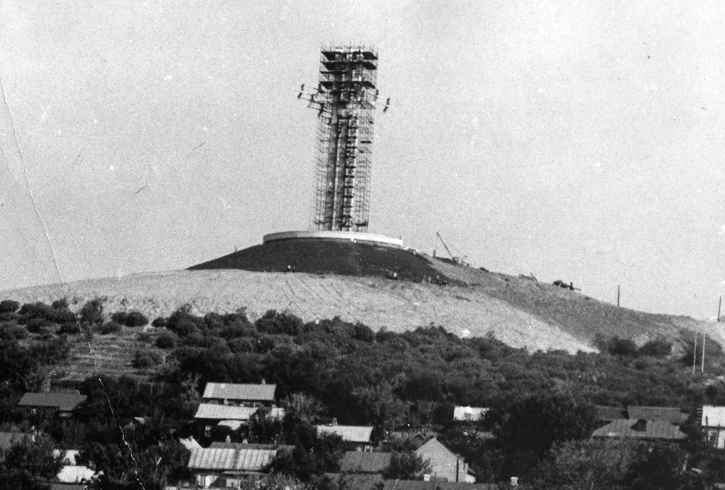 Март 1981 - обрамление стеллы арматурой бригадой ввоенных строителей ефрейтора Кравчука Н.А