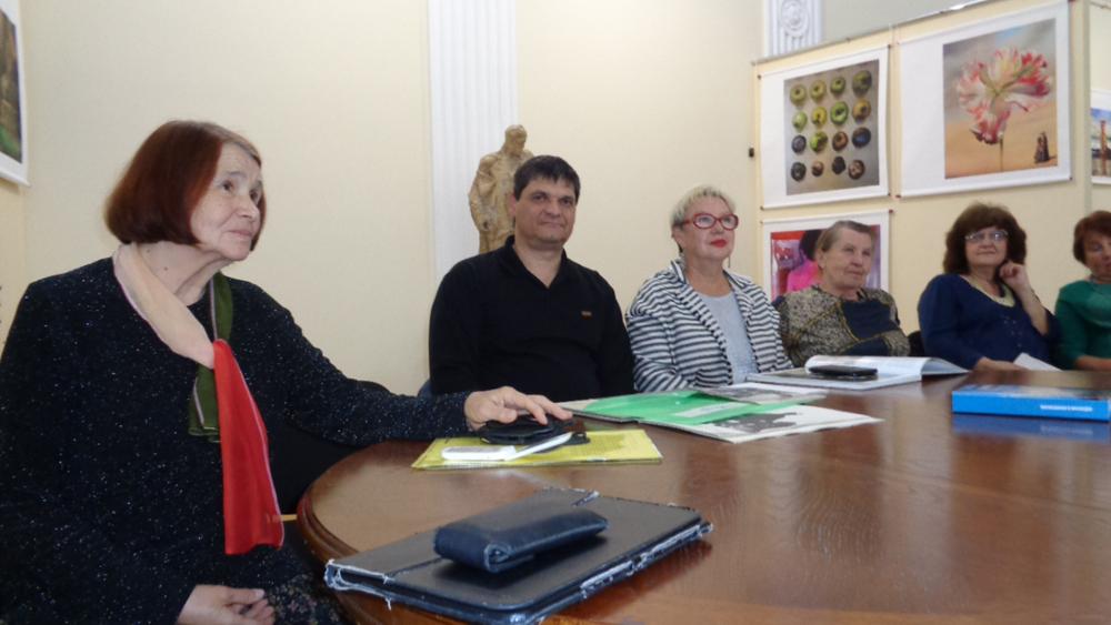 В-центре-Менякин-И.Ю.-и-Калинина-Л.Л.---Кибальникову-105-лет.