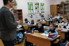 1Д-класс-слушает-о-памятнике-Журавли