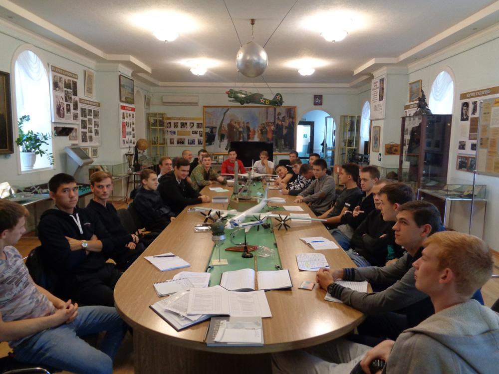 Студенты-4-го-курса-колледжа-Гагарина-слушают-Менякина-И.Ю.