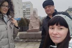 Ю.Савинская-И.Менякин-А.Долматова-у-памятника-Федину-К.