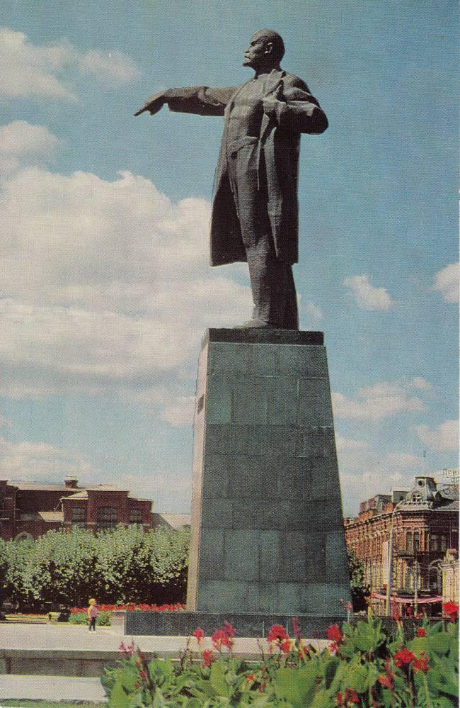 Памятник В.И. Ленину на площади Революции