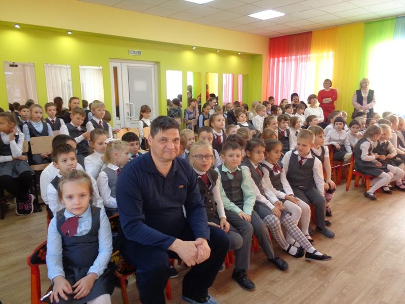 Групповой снимок со школьниками Садко с Менякиным Иваном