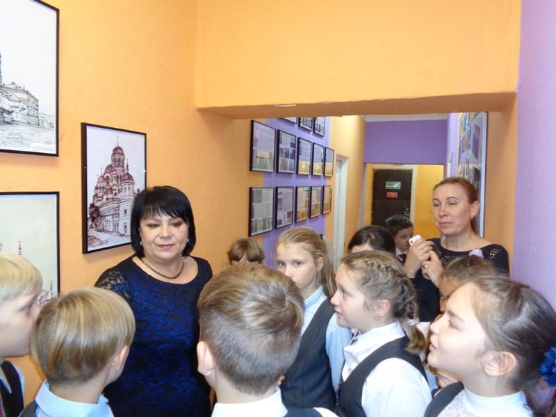 Кулешова И.А. показывает детям рисунки архитектора Менякина