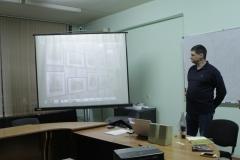 Менякин-Иван-демонстрирует-студентам-экономического-инстритута-рисунки-отца