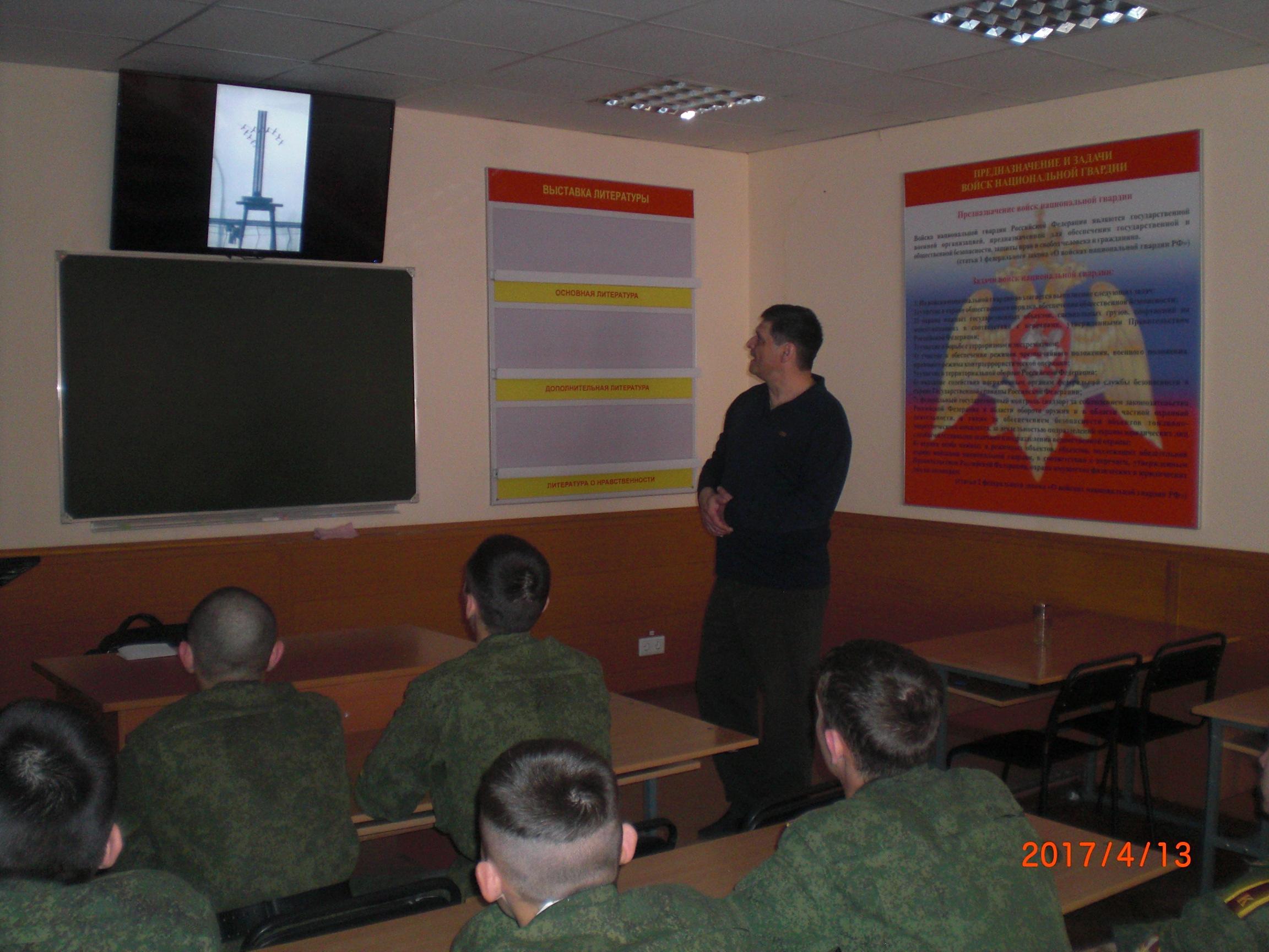 Курсанты института войск Национальной гвардии слушают о памятнике ЖуравлиG4012