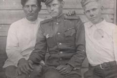 Лейтенант Менякин с отцом и братом 1945 год