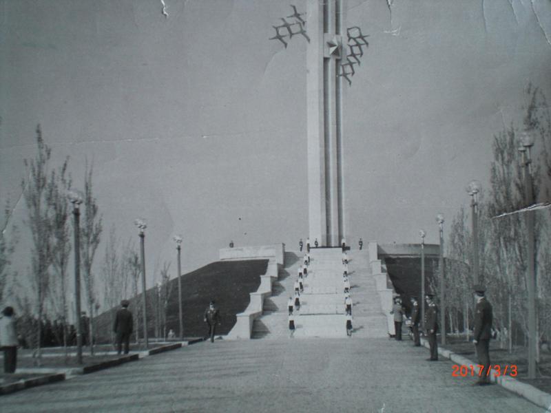 Памятник-Журавли-с-серебристыми-тополями