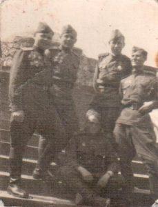 Лейтенант-Менякин-Восточная-Пруссия-1945-крайний-справа