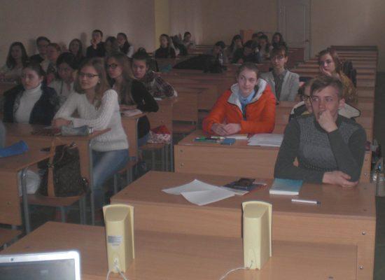Менякин-рассказывает-студентам-о-создании-памятника-Журавли