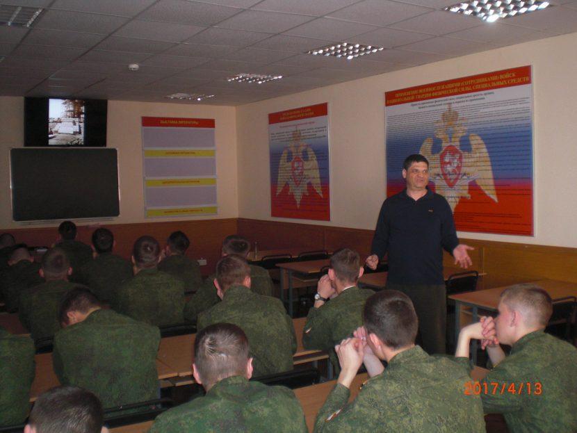 Менякин Иван рассказывает курсантам о жизни отца
