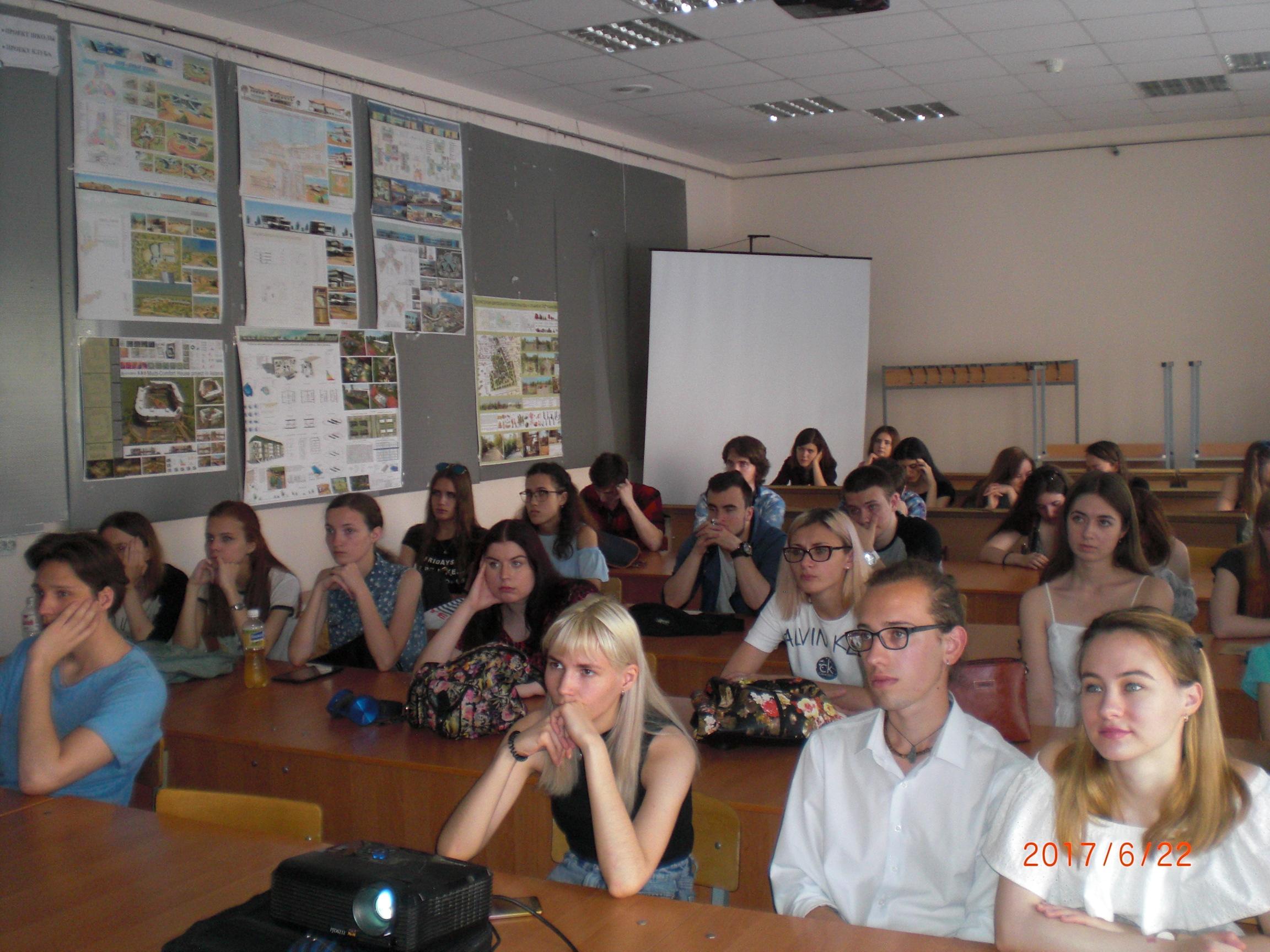 Волгоградские студенты-архитекторы слушают Менякина