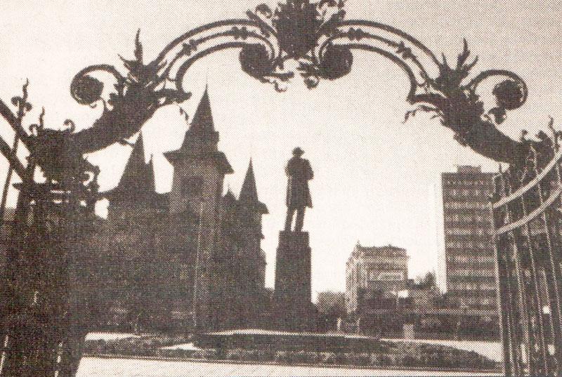 Памятник Чернышевскому Саратов